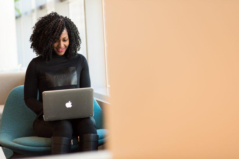 Student som skriver CV på laptop